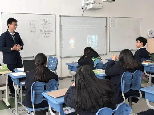 正在做英文Presentation的学生