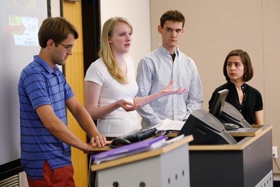 正在做演讲的留学生