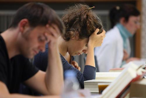 正在考试的留学生