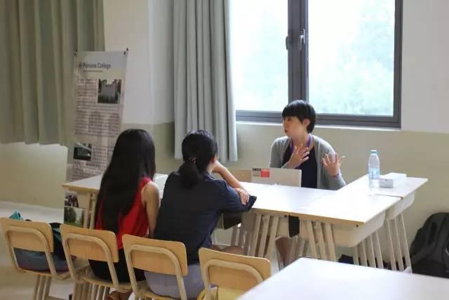 正在和老师交流的留学生